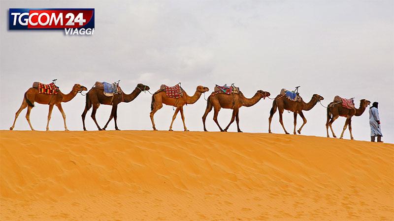 Merzouga: tra le dune di sabbia nel deserto del Sahara.